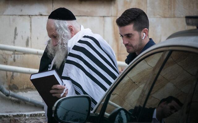 Le rabbin Eliezer Berland arrive à l'audience du tribunal de Jérusalem, le 9 février 2020.  (Photo par Yonatan Sindel/Flash90)