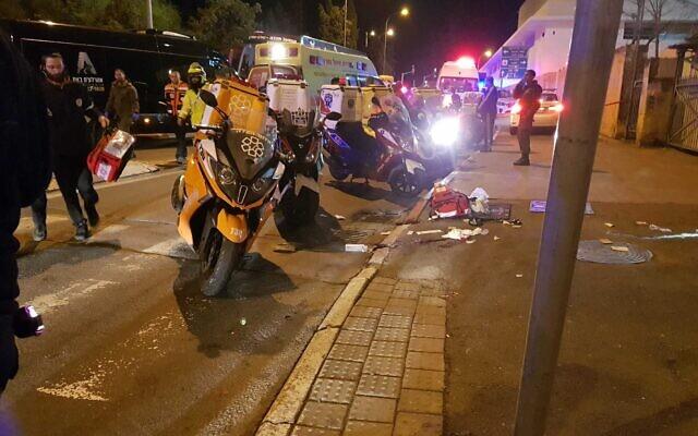 Des secouristes sur la scène de l'attaque à la voiture bélier à Jérusalem le 6 février 2020. (Crédit : MDA)