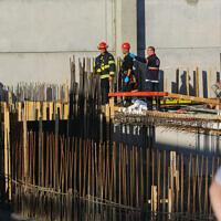 Des équipes de secouristes sur la scène d'un chantier de construction à Kiryat Gat où un ouvrier est décédé lors d'un accident du travail, le 29 décembre 2019. (Flash90)