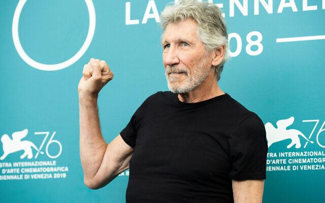 """Roger Waters prend la pose pour les photographes pour le film """"Roger Waters Us + Them"""" à la 76ème édition du Festival du Film de Venise en Italie, le 6 septembre 2019. (Arthur Mola/Invision/AP)"""