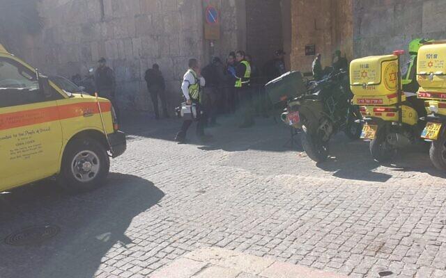 Des urgentistes arrivent sur la scène de l'attaque qui s'est produire dans la Vieille Ville de Jérusalem, le 6 février 2020. (Crédit photo : Magen David Adom)