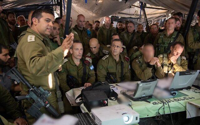 Des officiers du commandement du Nord de l'armée israélienne briefent le Chef d'Etat major de l'armée Aviv Kohavi, au centre, et d'autres hauts gradés lors d'un exercice surprise dans le nord d'Israël en novembre 2019. (Crédit : Armée israélienne)