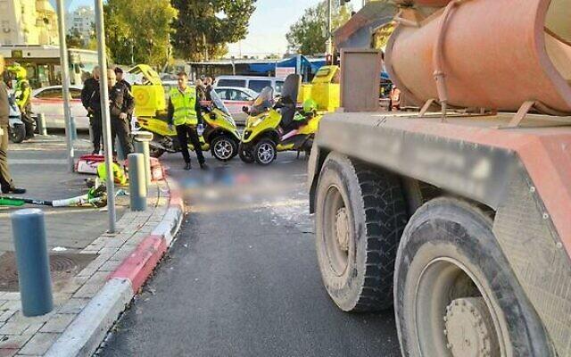 La scène de l'accident à Tel Aviv où un adolescent de treize ans a été percuté et tué alors qui roulait en scooter électrique le 12 février 2020. (MDA)