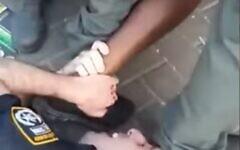 Images de l'arrestation d'un homme d'origine éthiopienne qui a ensuite été raillé et dénigré dans un groupe de police WhatsApp, diffusées le 24 février 2020 (Capture d'écran/Kan)