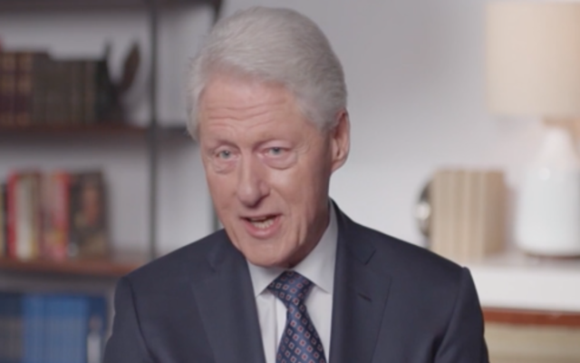 "Bill Clinton intervient dans un clip de ""Viral : Antisemitism in Four Mutations"". (Capture d'écran de Newsweek via JTA)"