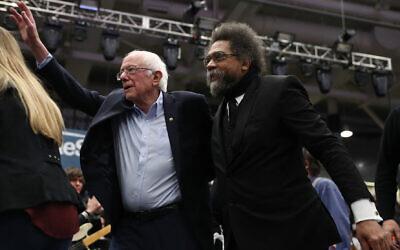 Le candidat démocrate Bernie Sanders et le militant et auteur Cornel West ensemble sur scène lors d'un meeting de campagne le 10 février 2020 à Durham, New Hampshire. (Crédit : Joe Raedle/Getty Images)