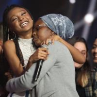 """Eden Alene et sa mère Zehava Varkanesh, après l'annonce de sa victoire dans l'émission """"Nouvelle Star"""", ce qui fait d'elle la candidate d'Israël pour l'Eurovision 2020. (Autorisation : HaKochav Haba)"""
