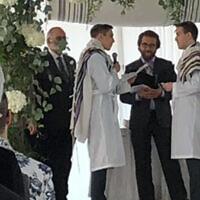 Le rabbin Avram Mlotek, au centre, célèbre son premier mariage homosexuel, en février 2020. (Crédit : Mlotek via JTA)