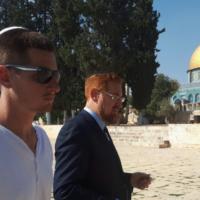 Le député Yehudah Glick, à droite, et son fils Shlomo sur le mont du Temple à Jérusalem, le 25 octobre 2017 (Capture d'écran : Twitter)