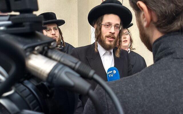 Joseph Gluck s'adresse aux journalistes au lendemain de l'attaque d'un rabbin à Monsey, New York, le 29 décembre 2019. (Ben Sales/JTA)
