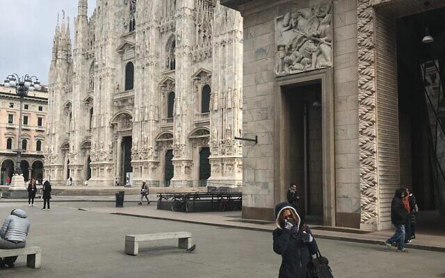 La place du Duomo de Milan désertée alors que l'épidémie de Coronavirus se propage en Italie. (Crédit : Marion Bernard)