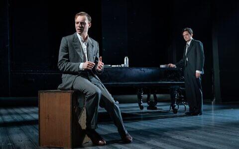Luke Thallon (à gauche, dans le rôle de Leo) et Sebastian Armesto (Nathan) dans Leopoldstadt de Tom Stoppard. (Marc Brenner)