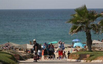 Les Israéliens profitent de la plage de Palmachim, dans le sud d'Israël, le 21 octobre 2016 (Crédit : Nati Shohat/Flash90)