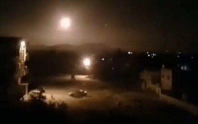 Des explosions sont observées dans le ciel de Damas alors que l'armée syrienne tire des missiles anti-aériens sur des cibles lors d'une attaque attribuée à Israël, le 6 février 2020. (SANA)
