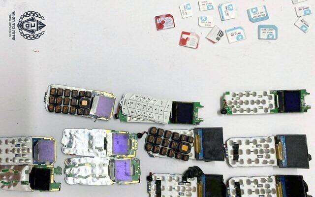 Des téléphones cellulaires et des cartes SIM retrouvés dans l'abdomen d'un prisonnier. (Crédit : Service israélien des prisons)