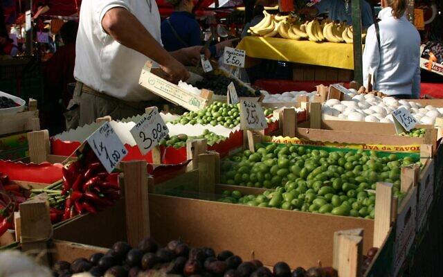 Photo d'illustration : Des fruits en vente sur le plus grand marché en plein air d'Europe, au Porta Palazzo de Turin, en Italie, au mois d'octobre 2006 (Crédit : AP Photo/J.M. Hirsch)