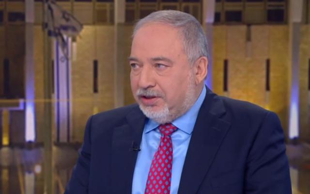 Le président d'Yisrael Beytenu, Avigdor Liberman, intervient au journal télévisé de la Douzième chaîne, le 22 février 2020. (Capture d'écran de la Douzième chaîne)