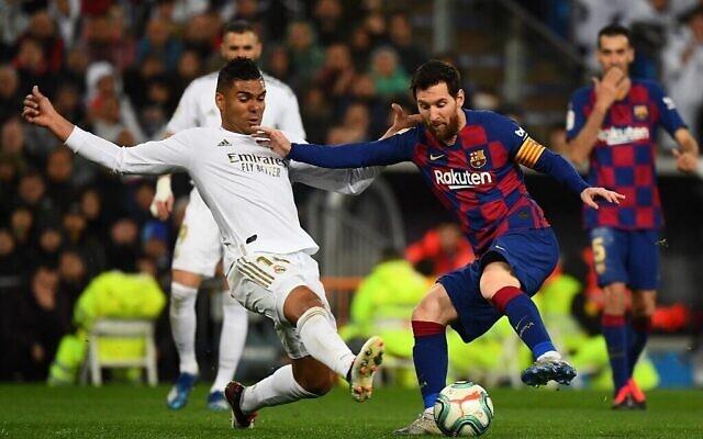 Le milieu de terrain du Real Madrid, Casemiro (à gauche), défie l'attaquant de Barcelone Lionel Messi lors du match de football de la Ligue espagnole entre le Real Madrid et Barcelone au stade Santiago Bernabeu de Madrid, le 1er mars 2020. (Gabriel Bouys/AFP)