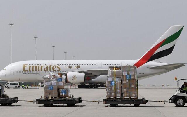 Des tonnes d'équipements médicaux et de kits de test de coronavirus fournis par l'Organisation Mondiale de la Santé sont transportés par un Airbus A380-861 d'Emirates Airlines à l'aéroport international al-Maktum à Dubai le 2 mars 2020. Le matériel doit être livré à l'Iran avec un avion de transport militaire des Emirats arabes unis. (Photo par KARIM SAHIB / AFP)