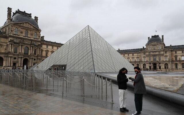 Le Louvre à Paris, le musée le plus visité au monde, a fermé ses portés pour la deuxième journée d'affilée le 2 mars 2020, après que le personnel a refusé de travailler à cause des craintes suscitées par le coronavirus, a déclaré un syndicat. (Photo par Ludovic Marin / AFP)