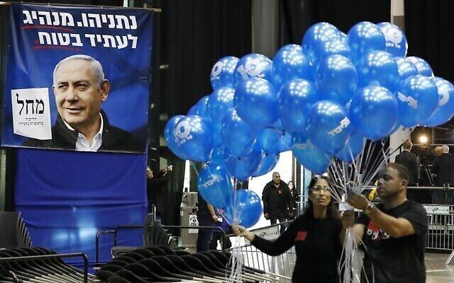 Des partisans du Likud au siège électoral du parti à Tel-Aviv, le 2 mars 2020. (Crédit : Jack Guez/AFP)