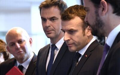 Le président français Emmanuel Macron (deuxième à droite) avec le ministre français de la Santé et de la Solidarité Olivier Veran (deuxième à gauche) et le directeur général de la Santé Jérôme Salomon (gauche) visitent le centre CORRUSS (Centre opérationnel de regulation et de réponse aux urgences sanitaires et sociales) dédié à la lutte contre l'épidémie du Coronavirus (Covid-19), le 3 mars 2020 à Paris. (Crédit : Bertrand GUAY / POOL / AFP)