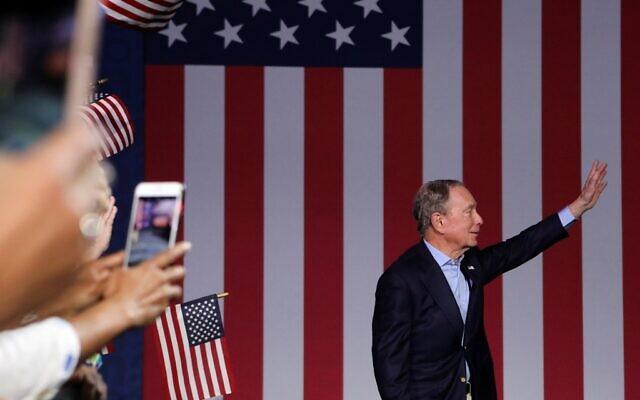 Sur cette photo prise le 3 mars 2020, le Mike Bloomberg, candidat à l'investiture démocrate et ancien maire de New York, salue la foule lors d'un meeting à West Palm Beach en  Floride, pour le Super Mardi, le 3 mars 2020. (Photo par Eva Marie UZCATEGUI / AFP)