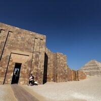 Une vue d'ensemble montre la pyramide de Djéser dans la nécropole égyptienne de Saqqara, au sud de la capitale du Caire, le 5 mars 2020. (Photo par Mohamed el-Shahed / AFP)