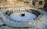 La Kaaba, à l'intérieur de la Grande Mosquée de La Mecque, vide de ses fidèles, le 5 mars 2020. (Crédit : ABDEL GHANI BASHIR / AFP)