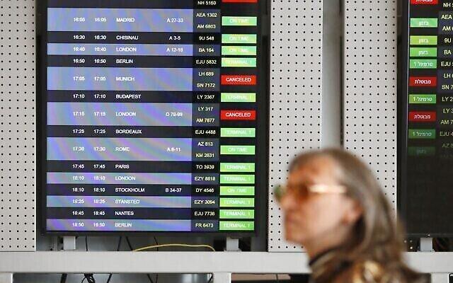 Un écran affichant les arrivées montre les vols annulés à l'aéroport international Ben Gurion près de Tel Aviv, le 10 mars 2020. (Jack Guez/AFP)