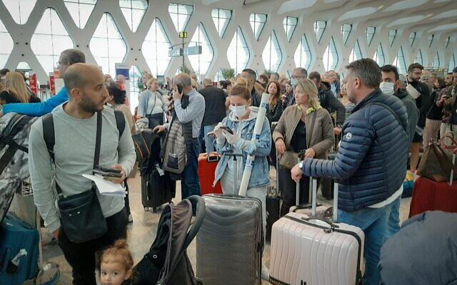 Des passagers attendent leurs vols à aéroport international de Marrakesh, le 15 mars 2020. (Photo par - / AFP)