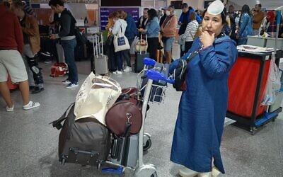Des passagers attendent leurs vols à aéroport international de Marrakech, le 15 mars 2020. (Photo par - / AFP)