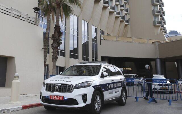 L'hôtel Dan Panorama à Tel-Aviv transformé en centre d'hébergement pour isoler les patients atteints de symptômes légers du Covid-19, le 17 mars 2020 (Crédit : JACK GUEZ / AFP)
