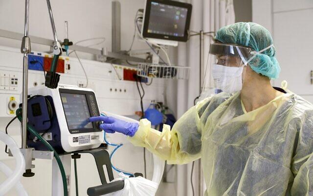 Photo d'illustration : Un médecin, en combinaison de protection, vérifie le fonctionnement d'un respirateur à l'hôpital universitaire Samson Assuta d'Ashdod, le 16 mars 2020. (Crédit : JACK GUEZ / AFP)