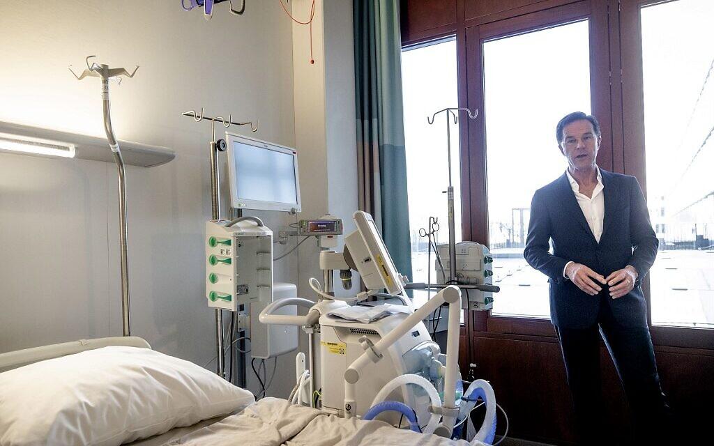 Le Premier ministre néerlandais Mark Rutte visite le centre national de coordination des soins intensifs d'Erasmus MC à Rotterdam, le 24 mars 2020, dans le contexte de la propagation de l'épidémie de COVID-19. (Crédit : Sem VAN DER WAL / ANP / AFP) / Netherlands OUT