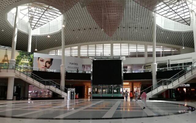 Cette photographie prise le 25 mars 2020 montre un centre commercial vide dans la capitale d'Arabie Saoudite, Ryad.  (Photo par FAYEZ NURELDINE / AFP)