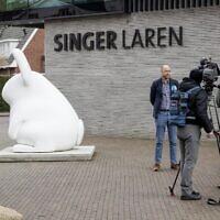 """Evert van Os parle à la presse devant le musée Singer Laren, le 30 mars 2020, à environ 30 kilomètres au sud-est d'Amsterdam, fermé au public à cause de la pandémie de COVID-19, après le vol en 1884 du tableau de Vincent van Gogh """"Jardin du presbytère à Neunen au printemps"""". (Crédit : VAN LONKHUIJSEN / ANP / AFP) / Netherlands OUT)"""