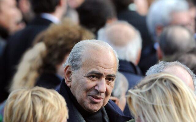 Le journaliste Pierre Bénichou, à la sortie des obsèques du chanteur français Carlos, le 22 janvier 2008, à Paris. (Crédit : Martin Bureau / AFP)