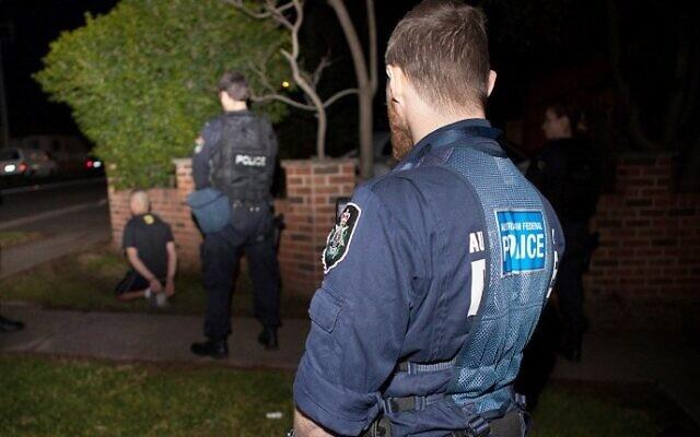 Illustration: la police fédérale australienne arrête un suspect lors d'une opération antiterroriste à Sydney, le 18 septembre 2014. (Crédit : AFP/Australian Federal Police)