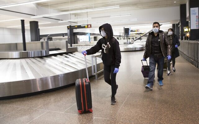 Des voyageurs à l'aéroport international de Seattle-Tacoma, le 8 mars 2020 à Seattle, Washington. L'industrie aérienne connaît un ralentissement mondial en raison du nouveau coronavirus, le COVID-19. (Crédit  Karen Ducey/Getty Images/AFP)