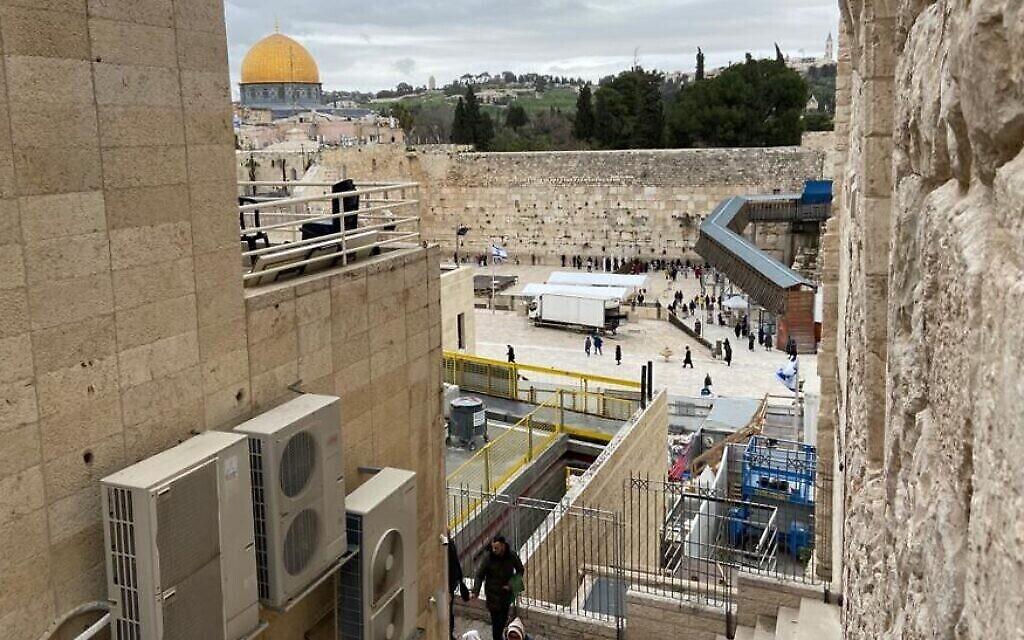 Le Mur occidental et le Mont du Temple, vus du quartier juif de la Vieille Ville, à Jérusalem, le 13 mars 2020. (Crédit : LH / Times of Israel)