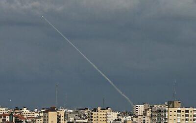 Des traces de fumée d'une roquette tirée par des terroristes palestiniens visibles depuis la bande de Gaza, le 24 février 2020. (Crédit : Mahmud Hams / AFP)