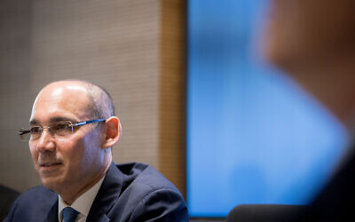Le gouverneur de la Banque d'Israël, Amir Yaron, assiste à une conférence de presse à Jérusalem, le 31 mars 2019. (Crédit : Yonatan Sindel / Flash90 / Archives)