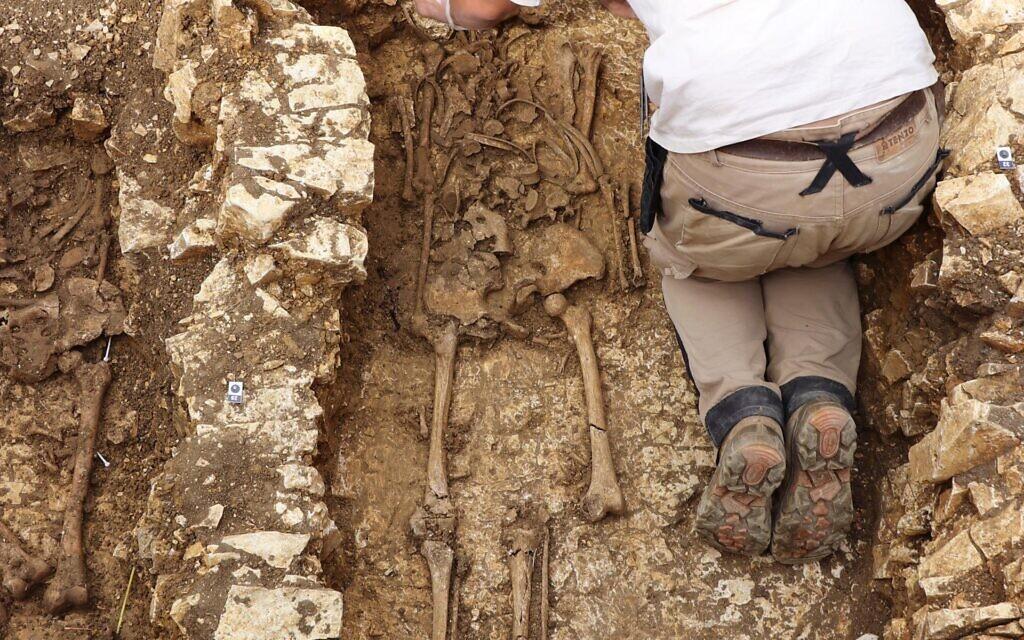 Campagne de fouille 2018 dans le présumé cimetière juif de Châteauroux. Nettoyage du crâne de l'individu S17 par l'anthropologue Inrap J. Livet. (Crédit : Philippe Blanchard/Inrap)