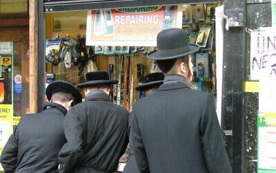Photo d'illustration : Des Juifs ultra-orthodoxes à Stamford Hill, à Londres (Crédit : CC BY-dcaseyphoto/Flickr)
