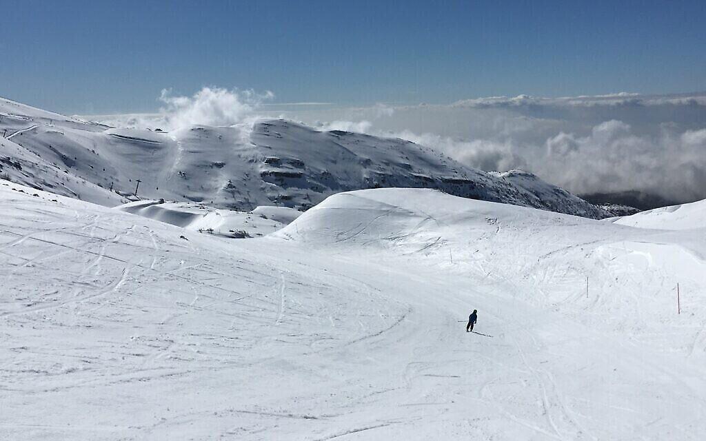 Le sommet du domaine skiable du Hermon, à 2000 mètres d'altitude, offre une vue imprenable sur la vallée en contrebas. (Uriel Heilman/ JTA)
