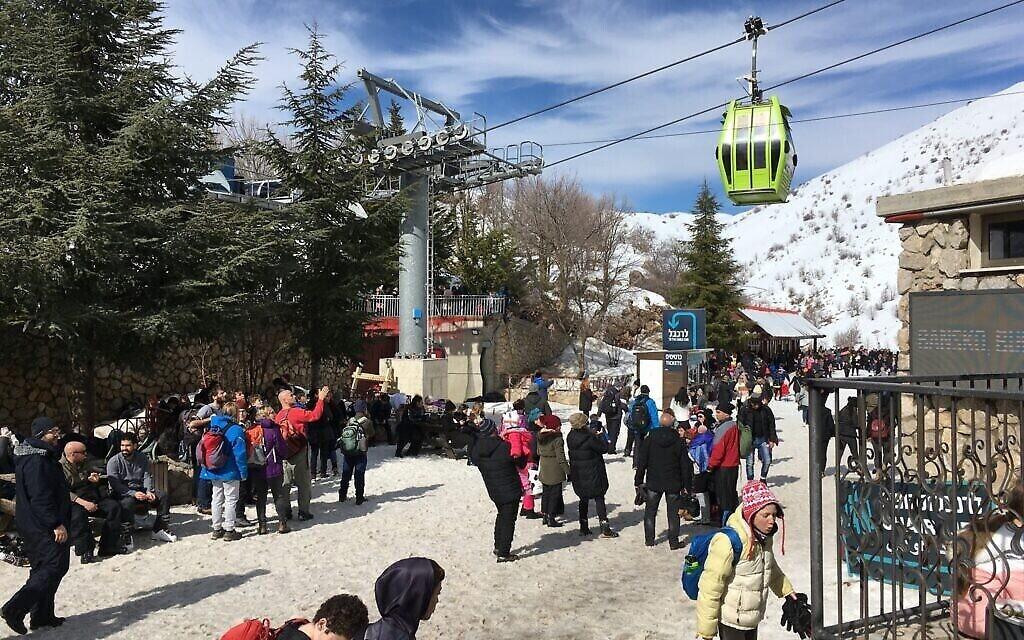 Visiteurs au Hermon, le seul domaine skiable d'Israël. (Uriel Heilman/ JTA)