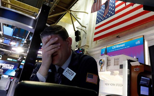 Un trader de Wall Street réagit à la chute des cours des actions à la Bourse de New York, le 9 mars 2020. (Crédit : AP / Richard Drew)