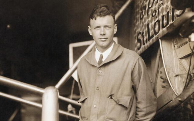 Charles Lindbergh pose aux côtés du Spirit of St. Louis, l'avion dans lequel il a effectué la première traversée de l'Atlantique en solitaire et sans escale. (Bettmann/Getty Images, via JTA)
