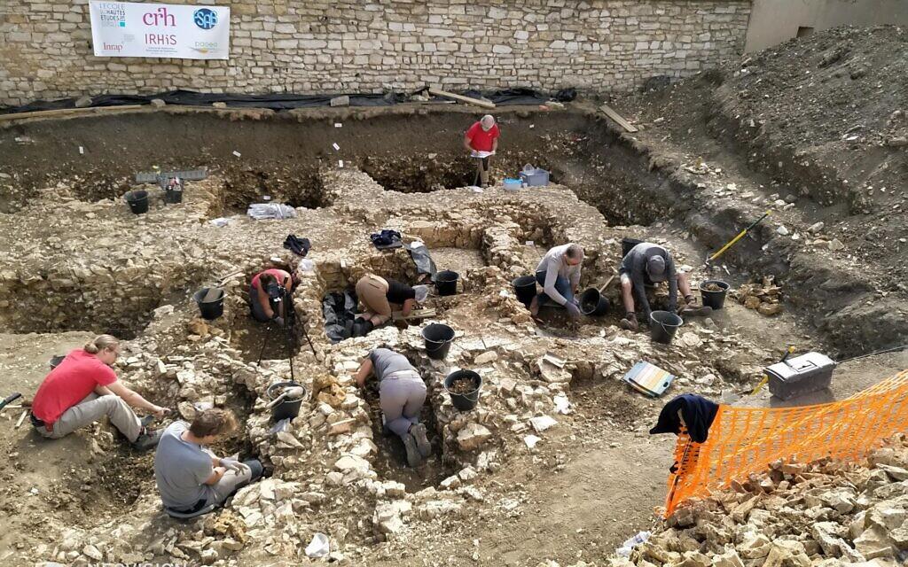Campagne de fouille 2018 dans le présumé cimetière juif de Châteauroux. Vue générale du site en cours de fouille. (Crédit : Philippe Blanchard/Inrap)
